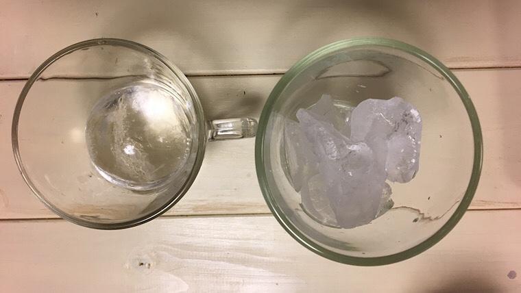 透明な氷と冷蔵庫の氷の比較の画像