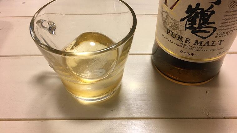 まる氷にウイスキーを入れた画像2
