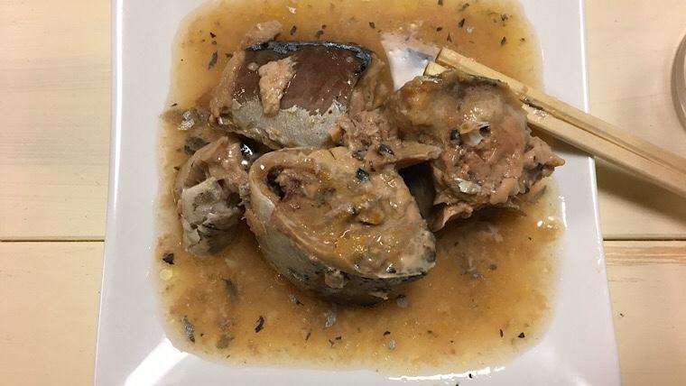 鯖の水煮を缶から出した画像