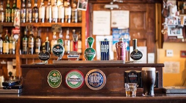 海外ビールの並ぶドラフトタワーの画像