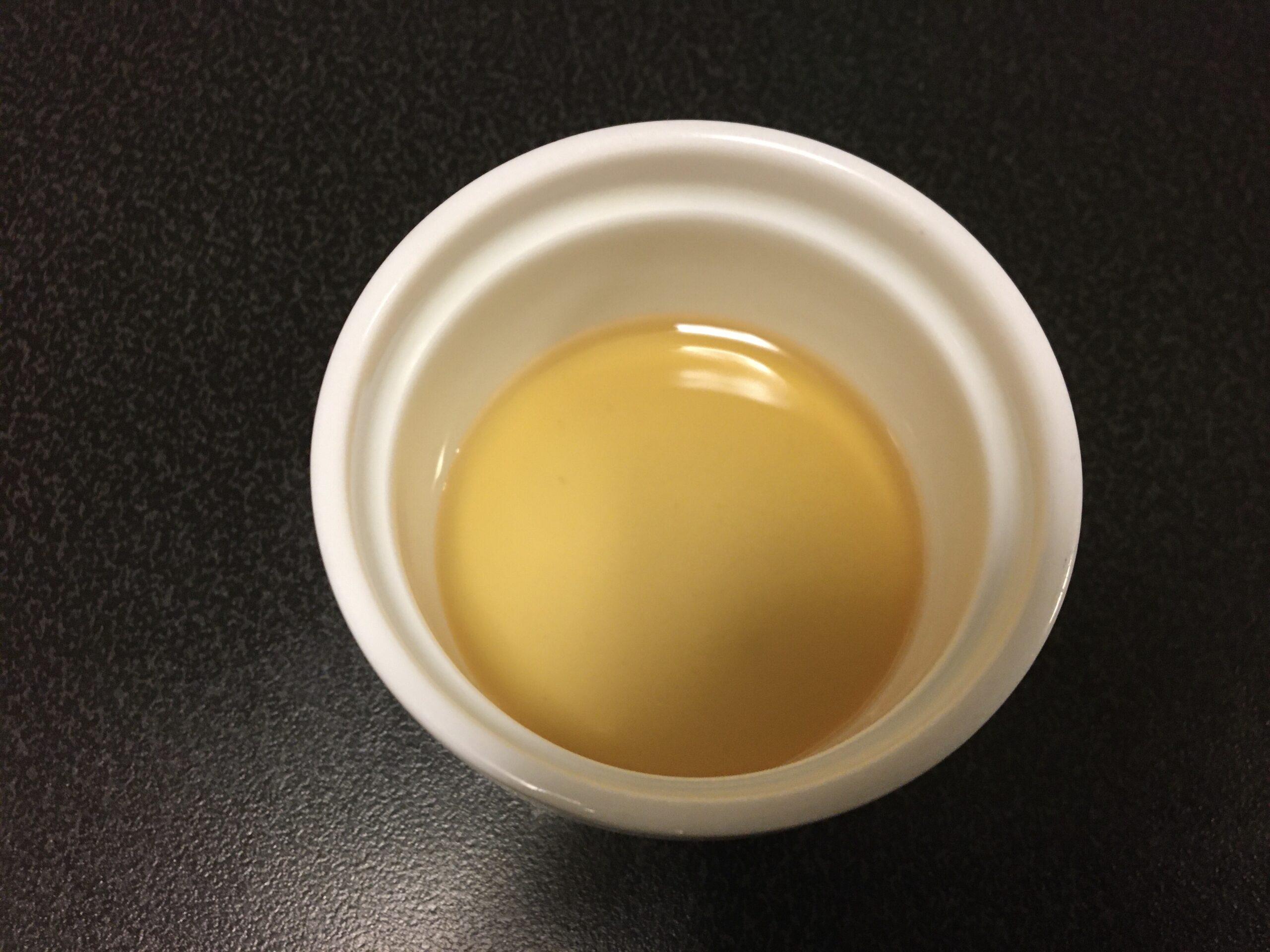 モナンキャラメルシロップの液体の状態をみる画像